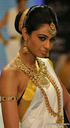 Chic hairstyles for a South Indian bride Indian Wedding Jewelry, Bridal Jewelry, Gold Jewelry, Indian Jewelry, Tikka Jewelry, Indian Weddings, Ethnic Jewelry, Hair Jewelry, Kerala