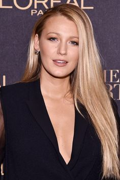 Blake Lively Stuns in First Post-Birth Public Appearance!: Photo Blake Lively looks amazing as she steps out for the L'Oreal Paris Women of Worth Celebration on Wednesday (November in New York City. Blake Lively Moda, Blake Lively Family, Blake Lively Style, Blake Lively No Makeup, Blake Lively Hair Color, Vogue Trends, Gossip Girl Hairstyles, Blake Lively Hairstyles, Mom Hairstyles