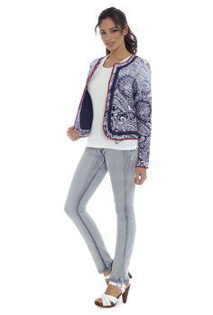 Chaqueta HERA, camiseta DELIA y jeans DREW