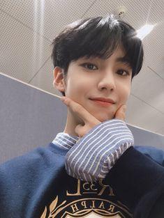 𝐹𝑎𝑛𝑐𝑎𝑓𝑒 𝑋𝟣 uploaded by ɢᴏʟᴅᴇɴ ɪᴅᴏʟ on We Heart It Innocent Man, Dream Baby, Fandom, Kpop Boy, Korean Boy Bands, My Sunshine, Photo Cards, New Music, Boy Groups