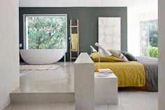 ¿Quien no ha soñado con tener un baño integrado en el dormitorio alguna vez? Te contamos las distintas opciones para hacerlo posible y cómo sacarle partido.