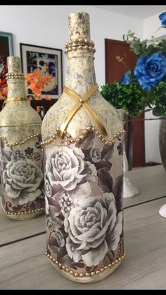 Empty Glass Bottles, Glass Bottle Crafts, Bottles And Jars, Bottle Art, Easy Crafts, Diy And Crafts, Pearl And Lace, Altered Bottles, Bottle Painting