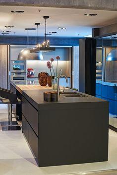 Tieleman Exclusief Speculo keuken by Eric Kant hypermoderne design eilandkeuken met spiegel kastenwand RVS aanrechtblad, Vancouver hout en koffiekraan | UW-keuken.nl