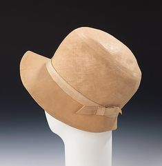 """Beige linen hat with silk hatband, French, ca. 1923. Label: """"Made in France for Best & Co./Paris/New York"""""""