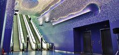 O arquiteto espanhol Oscar Tusquets Blanca foi o responsável por projetar essa incrível estação de metrô de Nápoles, na Itália. Com uma equipe de artistas, ele criou um design que dá aos usuários do sistema a impressão de estar debaixo d'água. Em uma disputa com estações de metrô de toda a Europa realizada pelo Daily Telegraph, o design foi eleito o mais bonito.