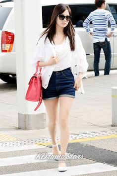 SNSD's Seohyun  White shirt + dark blue high waisted denim shorts + coral bag