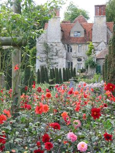 Garsington Manor, a Tudor era manor house in Oxfordshire, England.the secret garden. Cottages Anglais, Tudor Era, Garden Cottage, Meadow Garden, English Countryside, Dream Garden, Garden Inspiration, Travel Inspiration, Beautiful Gardens