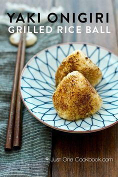 A favorite in Izakayas, yaki onigiri are grilled crispy Japanese rice balls covered in savory soy sauce. Bento Recipes, Rice Recipes, Easy Japanese Recipes, Asian Recipes, Yaki Onigiri, Spring Mix Salad, Brunch, Rice Balls, Picnic Foods