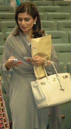 Bag Spotting: Hina Rabbani with her Birkin Hina Rabbani Khar, Indian Suits, Indian Wear, Indian Style, Salwar Kurta, Anarkali, Mehndi Dress, Indian Couture, Pakistani Outfits