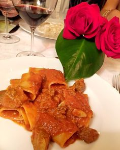 When in Italy...  | Melhor restaurante da vida! Amei a dica @chrisbiagioniviagens jantar incrível! #dinner #thassiaMFW #pasta by thassianaves