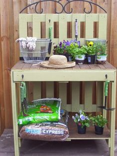 Find and save 35 diy pallet gardening table ideas on Decoratorist. See more about diy pallet garden table. Pallet Potting Bench, Potting Tables, Pallet Crates, Old Pallets, Pallets Garden, Free Pallets, Pallet Wood, Crate Bench, Euro Pallets