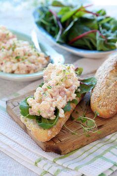 Oppskrift på smaksrik salat med cottage cheese, eple, ost og chilisaus. Bruk kylling eller skinke i biter og noen salatblad, og du har en deilig lunsjrett.