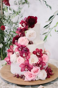 Pink Wedding Cakes Burgundy Floral Wedding cake with pink roses and white buttercream - Photography: Tasha Seccombe Aislinn Kate Photography Wedding Cake Fresh Flowers, Floral Wedding Cakes, Cool Wedding Cakes, Elegant Wedding Cakes, Floral Cake, Wedding Cake Designs, Wedding Cake Toppers, Wedding Ideas, Wedding Hacks