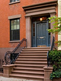 Brownstone w/a SINGLE door instead of a double door. Kevin Dakan Architect melds traditional influences with modern touches in this New York home. New York Townhouse, Modern Townhouse, Modern Brick House, Edwardian Architecture, Double Doors Exterior, Double Door Design, New York Homes, American Houses, Dream House Exterior