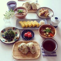 おにぎりの朝ごはんも、忙しい朝にパクパク食べられていいですよね。天かすのおにぎりと具沢山味噌汁を主役に、おかずはシンプルに押さえています。