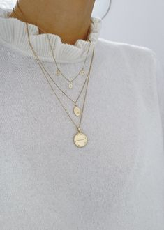 Layering: Marks 22 or 18 carat medals # Accessories - Layering: Ken . - Layering: hallmarks 22 or 18 carat medals # Accessories – Layering: hallmarks 22 or 18 carat meda - Dainty Jewelry, Cute Jewelry, Easy Style, Fashion Accessories, Fashion Jewelry, Hair Accessories, Look Fashion, Womens Fashion, 90s Fashion