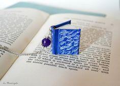 Collana con libro blu e foglie.Libro in miniatura blu petrolio con foglie bianche disegnate e pendente fiore viola by Mandragola #italiasmartteam #etsy