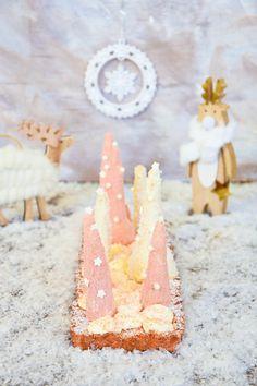 Bûche croustillante aux biscuits rose de Reims, à la vanille & noix de coco Biscuits Roses, Birthday Candles, Desserts, Food, Nouvel An, French Recipes, Drizzle Cake, Sweet Recipes, Mom