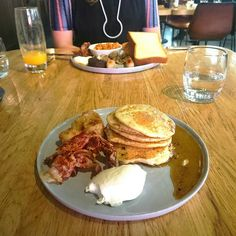 American Pancakes for brunch. Always a good idea especially the when it comes with bacon and banana.  #HotelV #Thelobby #ThelobbyAmsterdam #pancakes #food #bacon #banana #syrup #maplesyrup #CityguysNL