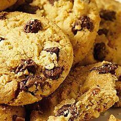 I biscotti con cui fare colazione senza sensi di colpa? Naturalmente senza burro e a base di farina di riso: dei biscottini senza glutine impreziositi da delle pepite di cioccolato che li rendono naturalmente più golosi che mai! Preparatene in gran quantità: saranno perfetti non solo per la colazi... Sin Gluten, Gluten Free Pie, Dessert Dishes, Cookie Desserts, Dessert Recipes, Biscotti Biscuits, Biscotti Cookies, Ricotta, Wine Recipes