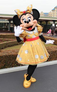 Minnie is rocking that gold dress❤