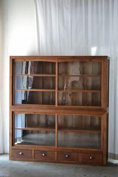 ガラスケース、古い棚 Cabinet Furniture, Furniture Design, Deco Nature, Small Apartment Living, Multifunctional Furniture, Japanese Interior, Interior Decorating, Interior Design, House Rooms
