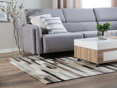 Modernes Design aus natürlichen Materialien - mit diesem Teppich aus Echtleder erzeugen Sie einen ganz individuellen Look in Ihrem Wohnraum. Die einzelnen, rechteckigen Lederfragmente in Beige- und Brauntönen bilden eine schöne Patchwork-Struktur die zu den unterschiedichsten Einrichtungsstilen passt. Patchwork Patterns, Cow Hide Rug, Rug Store, Cool Rugs, Rugs Online, Area Rugs, Home And Garden, Couch, Room