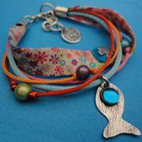 Alex et Vero - Collection Poisson Porte Bonheur   Bracelet ruban fermoir réglable, pampilles et poisson en laiton martelé argenté, cabochon de verre