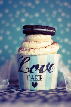 Oreeeeos Oreooos…  Immer wieder lecker diese kleinen Kekse :-)  Für einen besonderen Anlass hab ich diese feinen Cupcakes gebacken, und damit kommt zu der Vielzahl an Oreo Cupcake Versionen die es im Netz gibt eine weitere hinzu – nicht sehr einfallsreich aber dafür umso leckerer ;-). Oreo Cupcakes, Love Cake, Muffins, Mugs, Tableware, Food, Baking Cupcakes, Mesh, Biscuits