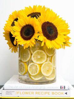 large sunflower bouquet, floral arrangements, large round glass vase, filled with lemon slices Deco Floral, Floral Design, Ikebana, Fresh Flowers, Beautiful Flowers, Yellow Flowers, Simple Flowers, Beautiful Beautiful, House Beautiful