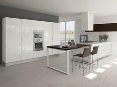 Cucina moderna in finitura bianco lucido con penisola e pensili in finitura rovere moro.