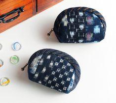 着物リメイクも可能♪藍染の和布で作る小さなポーチの作り方 | ぬくもり Japanese Patchwork, Japanese Fabric, Coin Bag, Coin Purse Wallet, Pouch Pattern, Denim Bag, Quilted Bag, Zipper Pouch, Purses And Bags