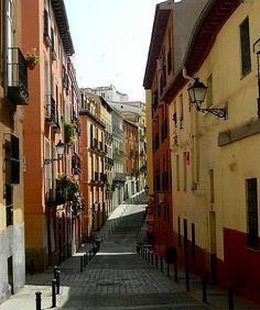 Calle Calvario. Madrid Calle del barrio de Lavapiés, famosa por ser la calle en la que nació Luis Candelas, el legendario bandolero que robaba todo lo que podía a los ricos, y que acabó condenado a garote vil en Madrid.