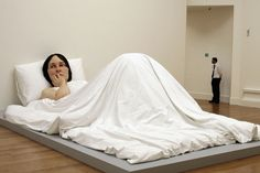 Na cama. 2005. Artista: Ronald Mueck. Galeria de Arte Moderna de Queensland, Austrália. Fotografia: Jeff J. Mitchell/Getty Images.