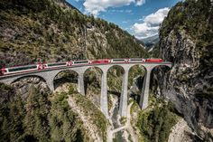 Glacier Express on the Landwasser Viaduct, Graubuenden. Copyright by: Rhaetische Bahn/Swiss Travel System By-line: swiss-image.