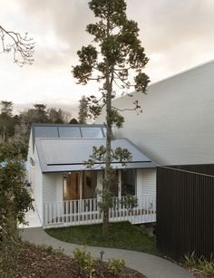 Inside a small, sunny home tucked neatly next to a large concrete building Victorian Cottage, Victorian Homes, Exterior Paint, Exterior Design, Amazing Architecture, Architecture Design, Steel Balustrade, Old Garage, Best Architects
