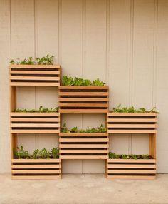 Todo mundo já tá cansado de caixotes de madeira né? Mas que tal usá-los como uma horta vertical? | 20 dicas para decorar sua casa em 2016 gastando quase nada