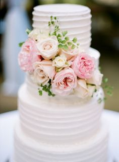 White wedding cake with fresh flowers. #gardenwedding