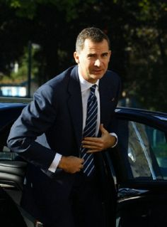 Spain's Crown Prince Felipe arrives to attend a ceremony marking the adoption of Tunisia's new constitution at the Constituent Assembly in Tunis, 07.02.14.