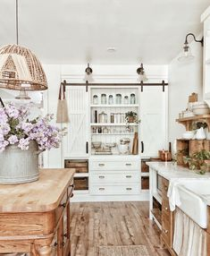 Kitchen Remodel Ideas - Farmhouse kitchen style will be perfect idea if you want to have family gathering in your kitchen during meal time. Country Kitchen Farmhouse, Modern Farmhouse Kitchens, Home Kitchens, Farmhouse Design, Farmhouse Decor, Dream Kitchens, Vintage Farmhouse, Farmhouse Blogs, White Cottage Kitchens