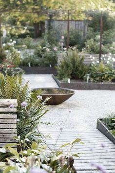 Urban Garden Fire pit in garden Modern Landscape Design, Garden Landscape Design, Modern Landscaping, Garden Landscaping, Back Gardens, Outdoor Gardens, Garden Fire Pit, Edible Garden, Diy Garden