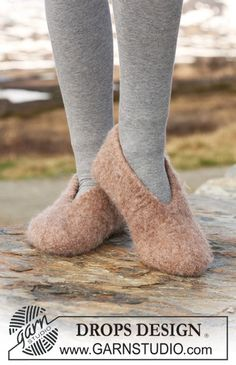 Ravelry: Felted slippers pattern by DROPS design Felted Slippers Pattern, Knitted Slippers, Knitted Hats, Knitting Patterns Free, Free Knitting, Free Pattern, Hat Patterns, Crochet Stitches, Crochet Slippers