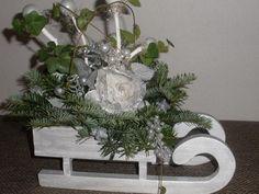 Ak by nám náhodou Perinbaba nenadelila na Vianoce sneh, tak si ho treba privolať napríklad takouto nádhernou dekoráciu so sánkami. Autorka: janadk. Vianoce, vianočné dekorácie, sane, aranžovanie. Artmama.sk