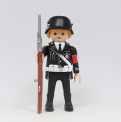 Click Customizado SS Das Reich  Adaptacion de un playmobil, customizado como soldado de la SS con fusil. Objeto de coleccionismo militar alemán.  IMPORTANTE: Esta figura, no es un jugete, es un artículo de coleccionismo cuyo uso está recomendado para adultos. Contiene piezas de resina, pintura y pegamentos que pueden ser tóxicos, ademas de ser piezas delicadas, lo que no los hace recomendables para el juego.