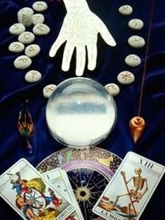 The words Clairvoyant and psychics (who are popularly addressed as helderzienden in Dutch) are closely related to 'vision'. The dictionary meaning of 'clairvoyant' is someone who has the ability to see things.