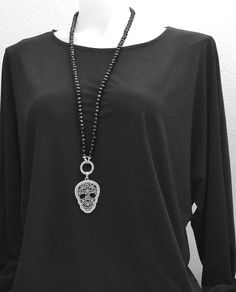 80cm lange Halskette mit Totenkopf Anhänger  #modeschmuck #langehalskette #schwarzeHalskette #totenkopfkette #glasperlenkette #damenkette Piercing, Pendant Necklace, Jewelry, Fashion, Long Necklaces, Skull And Crossbones, Fashion Jewelry, Moda, Jewlery