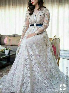 Fashion Arabic Style Illustration Description Caftan – Read More – Morrocan Dress, Moroccan Caftan, Style Oriental, Oriental Fashion, Caftan Dress, Hijab Dress, Satin Dresses, Bridal Dresses, Abaya Designs Latest