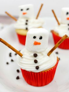 These snowman cupcakes are so cute and easy to make! Get creative this Christmas with these festive snowman cupcakes that everyone will love. Christmas Cupcakes Decoration, Holiday Cupcakes, Christmas Desserts, Holiday Treats, Christmas Treats, Christmas Baking, Holiday Recipes, Christmas Snowman, Christmas Cookies
