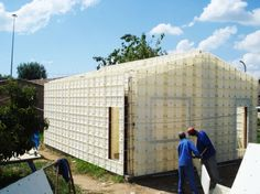 Plastic Formwork System Provides Quick and Quality Housing for. Building Systems, Building Materials, Sustainable Architecture, Sustainable Design, Green Building, Building A House, Concrete Formwork, Insulated Concrete Forms, Earth Bag Homes