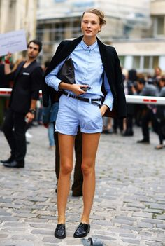 paris street style Navy Blue Blazer Off-Shoulders Shirt: Chambray Shirt Tucked into Chambray Shorts Shoes: Black Shoes Photo By: Phil Oh Mode Style, Style Me, Simple Style, Classic Style, Berlin Mode, Look Con Short, Looks Street Style, Inspiration Mode, Mode Outfits